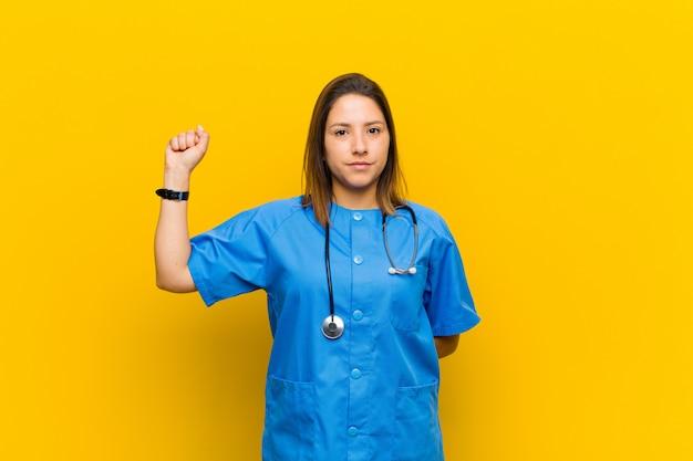 Чувствовать себя серьезным, сильным и мятежным, поднимать кулак, протестовать или бороться за революцию на желтой стене