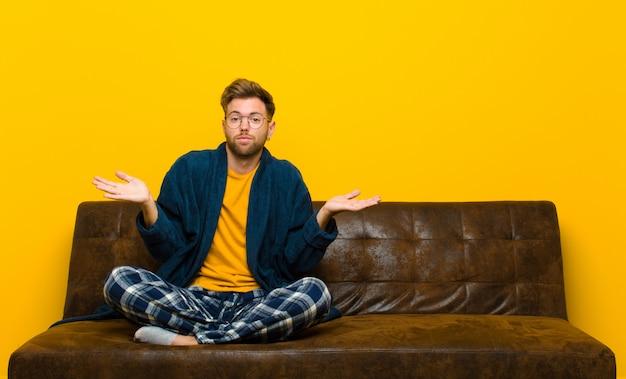 困惑し、混乱している感じのパジャマを着ている若い男