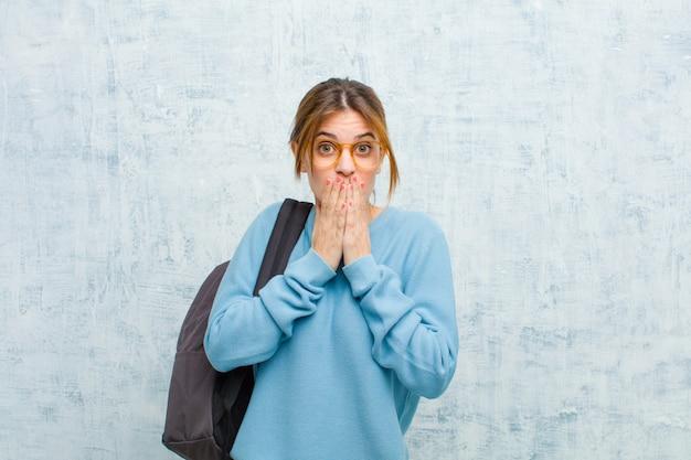 Молодой студент женщина чувствует себя обеспокоенным