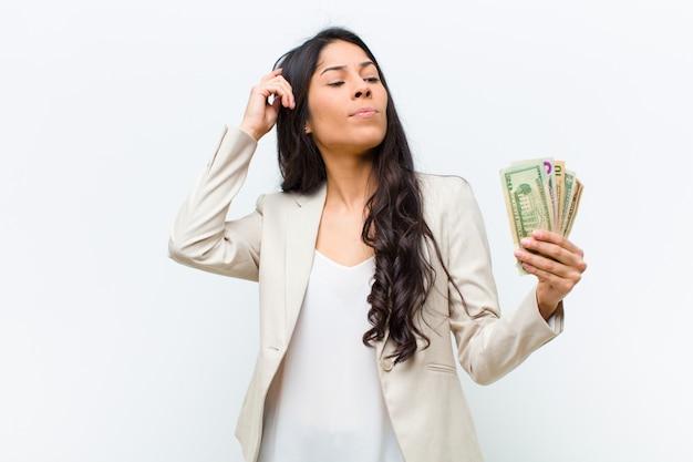 ドル紙幣と若いヒスパニック系きれいな女性