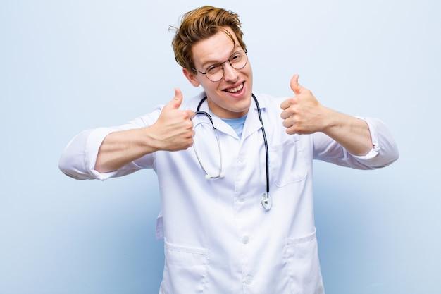 広く見て幸せな笑顔若い赤ヘッド医師