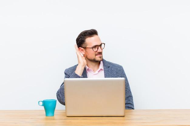 Молодой красивый бизнесмен ищет серьезного и любопытного, слушая, пытаясь услышать секретный разговор или сплетни, подслушивая