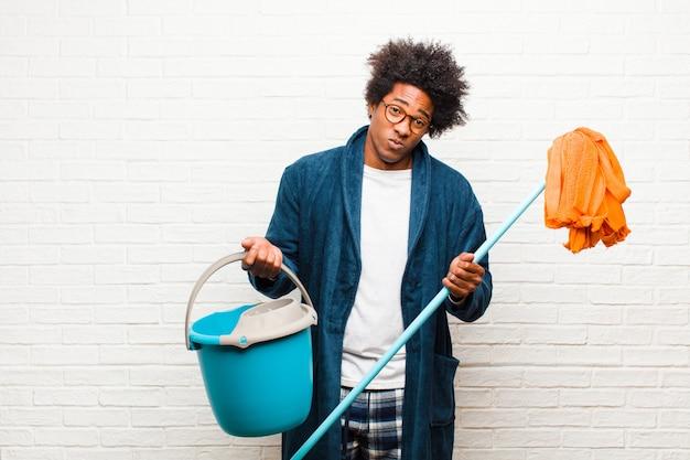 Молодой черный человек уборка