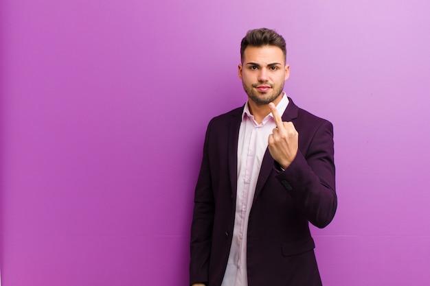 Молодой латиноамериканец чувствуя злость, раздражение, мятежность и агрессивность, переворачивая средний палец, отбиваясь