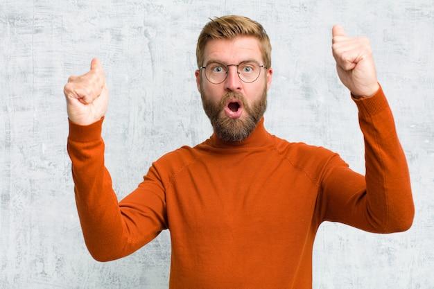 Праздновать невероятный успех, как победитель, выглядя взволнованным и счастливым, сказав: бери это!