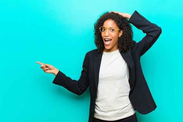 若い黒人女性の笑い、幸せ、正と驚きを探して