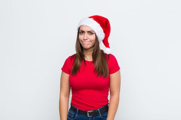 Молодая красивая женщина с шляпу санта. рождественская концепция