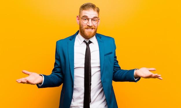 無知で混乱している若い赤い頭の実業家、どの選択またはオプションを選ぶべきかわからない、疑問に思う