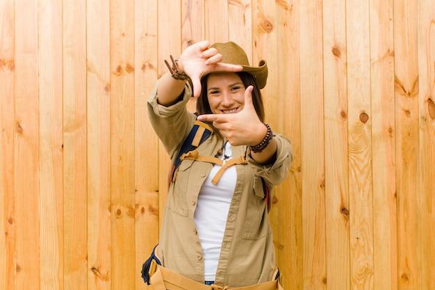 Молодая женщина латинской исследователь на фоне деревянной стены