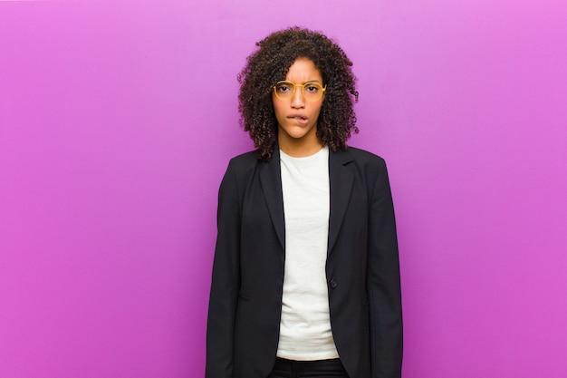 若い黒人ビジネスウーマンは、問題を解決するために、どのオプションを選ぶべきかについて、無知で混乱し、不確実だと感じています