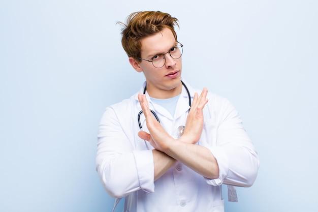 若い赤毛の医者はあなたの態度に腹を立ててうんざりしていて、十分に言っています!手が前を渡り、青い壁に立ち寄るように言った