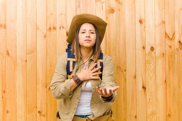 木製に対して若いラテンエクスプローラー女性
