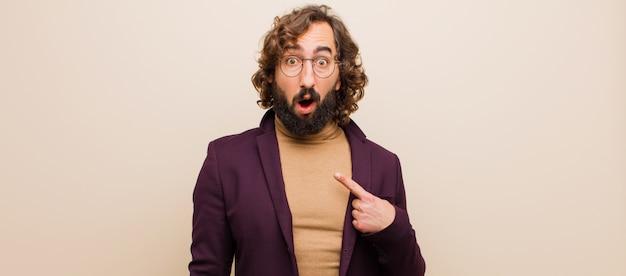 若者はひげを生やした狂気の男見てショックを受け、口を大きく開けて驚いて、フラットカラーに対して自己を指して