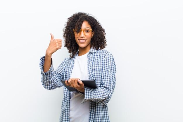 白に対してスマートタブレットで若いかなり黒人女性