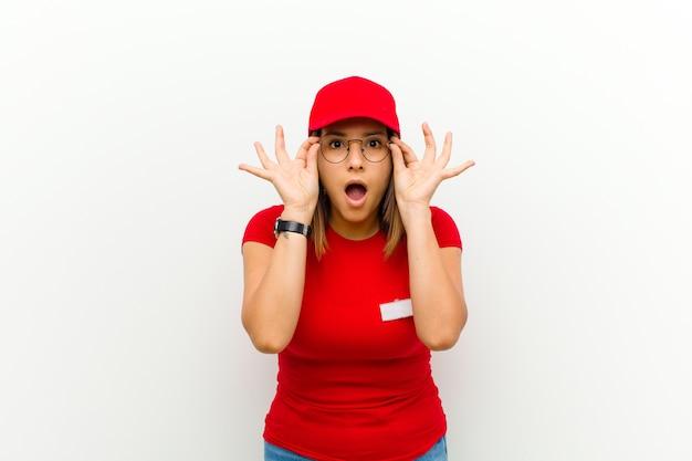 ショックを受けた、驚いた、驚いた、配達人は白に対してびっくりした、信じられないような表情で眼鏡をかけている