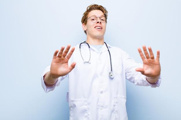 若い赤毛の医者は、青に対して遠ざかると言って、両手を前に開いて、怖がって怖がって、恐ろしい何かを恐れて