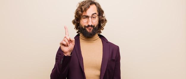 素晴らしいアイデアを実現した後、ピンクの壁に対してユーリカと言って、空中で誇らしげに指を保持している天才のように感じる若い狂気の男