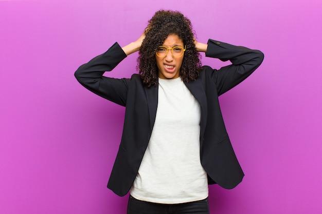 欲求不満やイライラ、病気や疲れ、失敗、退屈で退屈な仕事にうんざりしている若い黒人ビジネス女性