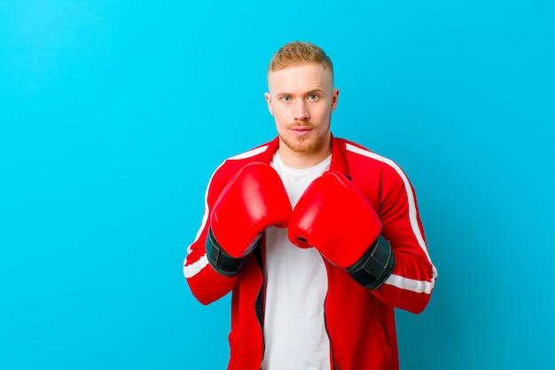 スポーツ服を着ている若いブロンドの男
