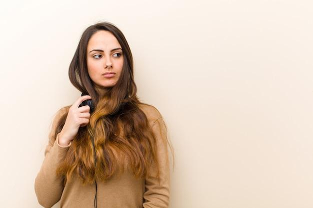 ヘッドフォンで若いきれいな女性