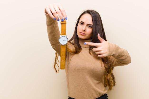 Молодая красивая женщина с часами. концепция времени