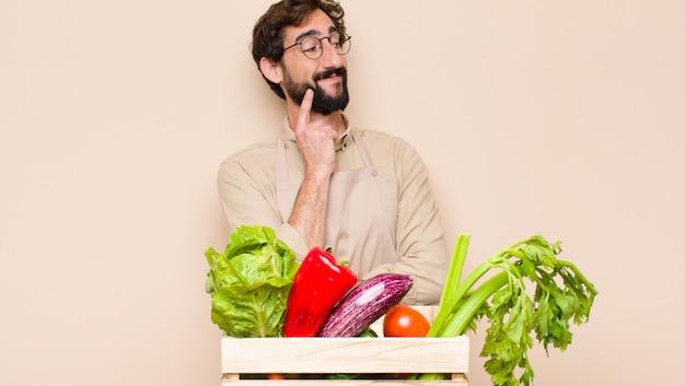Зеленый продуктовый человек улыбается счастливо и мечтать или сомневаться, глядя в сторону