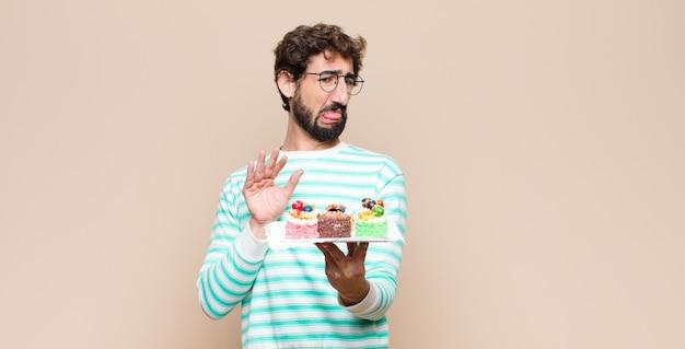 Молодой человек с тортом через стену