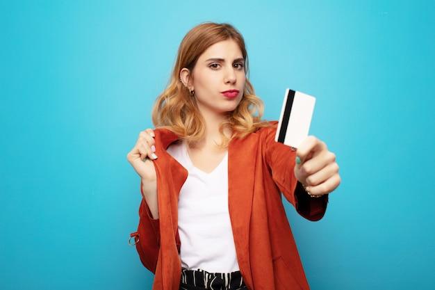 クレジットカードで若いかなりブロンドの女性