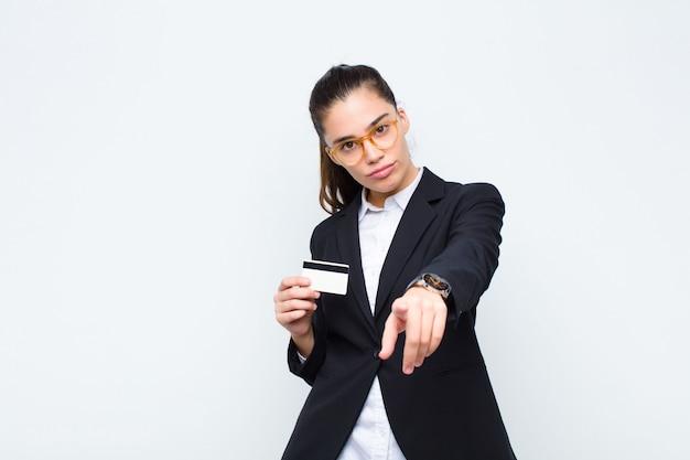 手形と紙幣であなたを選択する満足、自信を持って、フレンドリーな笑顔で指している若い実業家