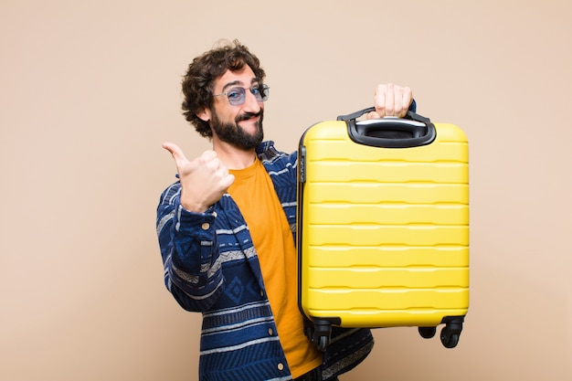 スーツケースを持つ狂気のクールな若者。旅行の概念