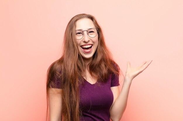 幸せ、驚き、陽気、前向きな姿勢で笑って、解決策やアイデアを実現する若いブロンドの女性