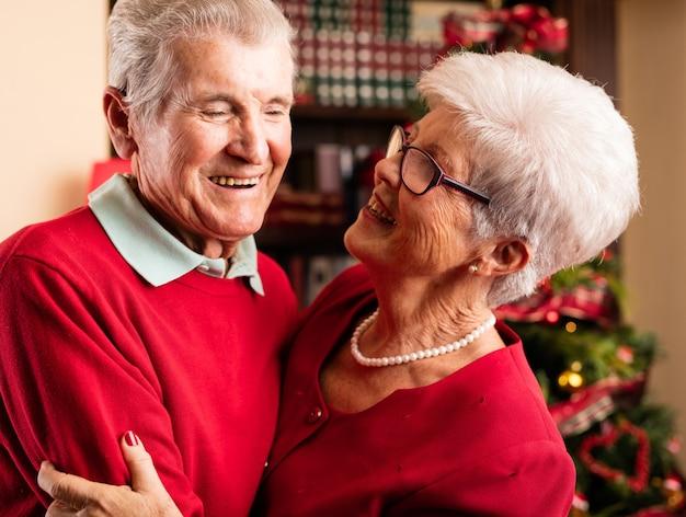 Счастливый дедушка и бабушка обнимали