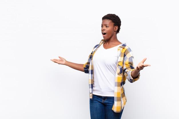 Молодая красивая негритянка исполняет оперу или поет на концерте или шоу, чувствуя себя романтичной, артистичной и страстной