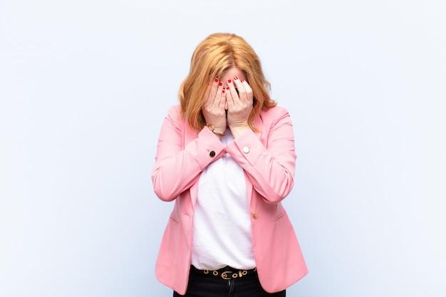 悲しい、欲求不満、神経質、落ち込んで、両手で顔を覆っている、泣いている中年女性