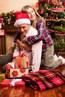 Старшие пары с подарками