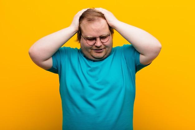ストレスや欲求不満を感じている若い大きなサイズの男