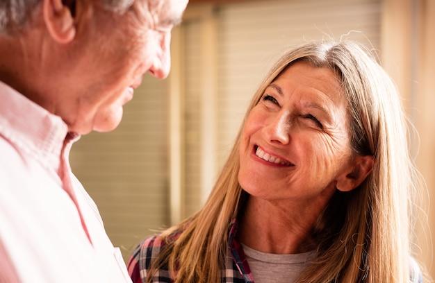 Пожилая женщина улыбается пожилой человек