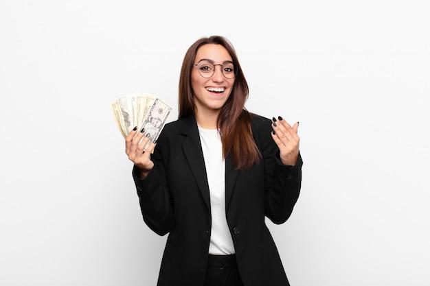 幸せ、驚き、陽気、前向きな姿勢で笑顔、ドル紙幣での解決策やアイデアを実現する若い実業家