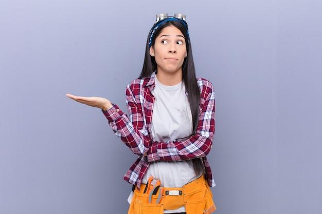 混乱して無知な感じの若いラテン女性、疑わしい説明や考えについて疑問に思う