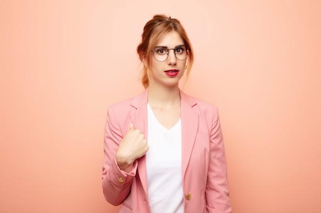 若いかなりブロンドの女性は混乱し、困惑し、不安を感じて、自分を不思議に思って、誰に尋ねるのですか?事業コンセプト