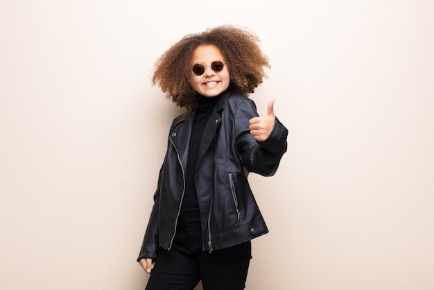 革のジャケットとサングラスを持つ少女
