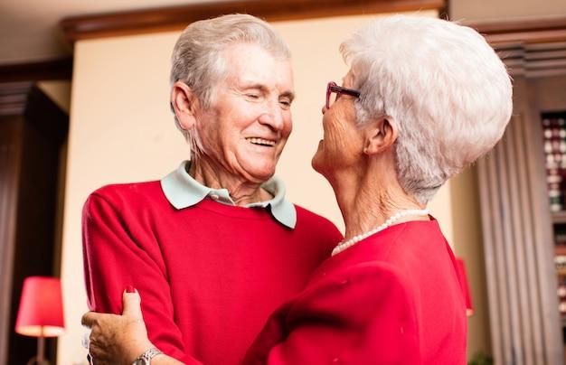 Старая пара улыбается