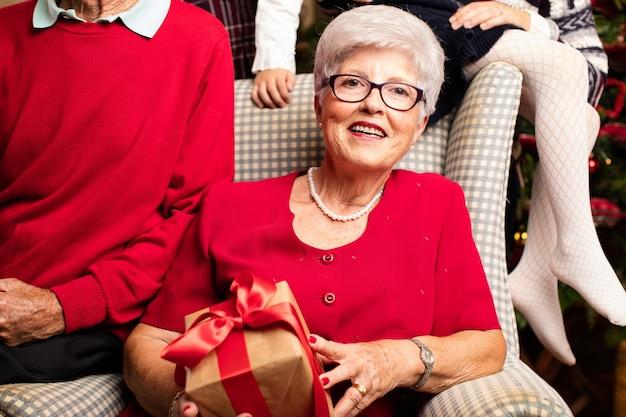 Старая женщина с подарком