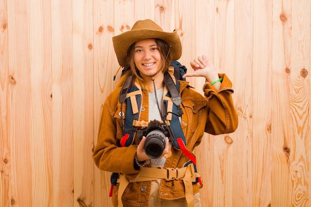 写真カメラを持つ若いかなり旅行者の女性