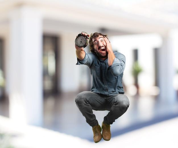 Молодой человек прыгает. озабоченное выражение