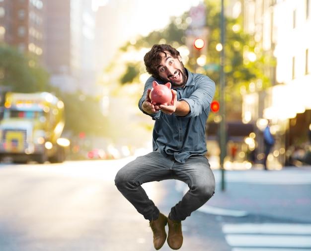 Сумасшедший молодой человек прыгает. счастливое выражение