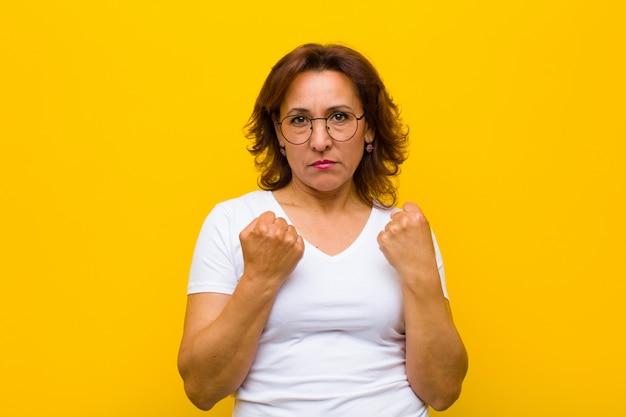 自信を持って、怒って、強くて攻撃的な中年の女性