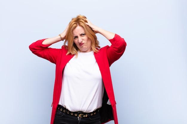 中年女性は欲求不満でイライラし、病気で疲れて疲れ、退屈で退屈な仕事にうんざりしています