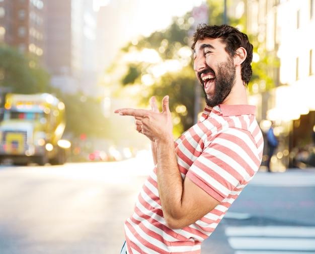 狂った男をだまします。幸せそうな表情