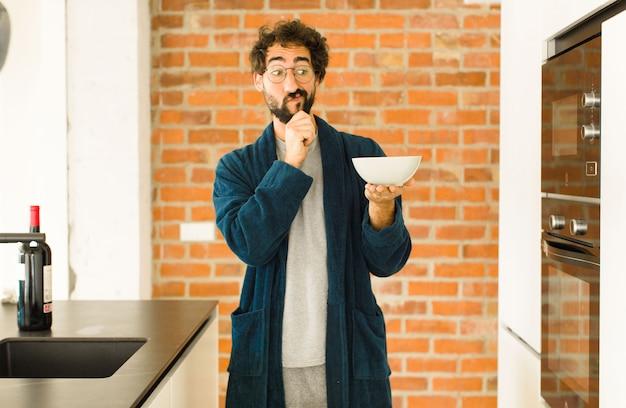 Молодой спокойный человек на кухне